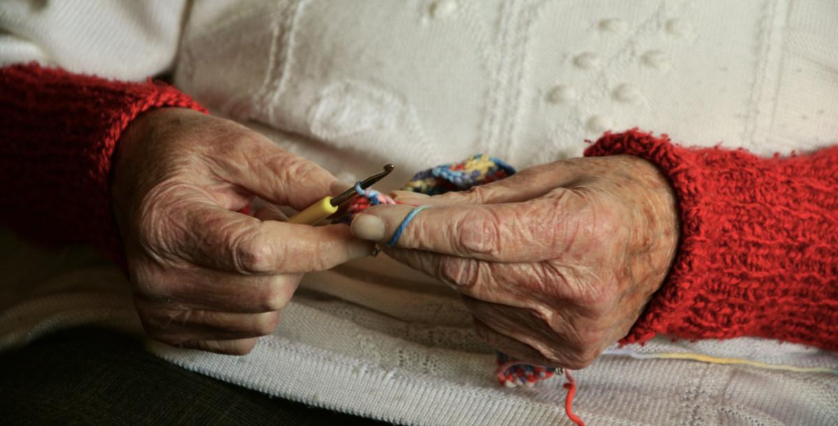 nagymama kezén piros foltok vannak)