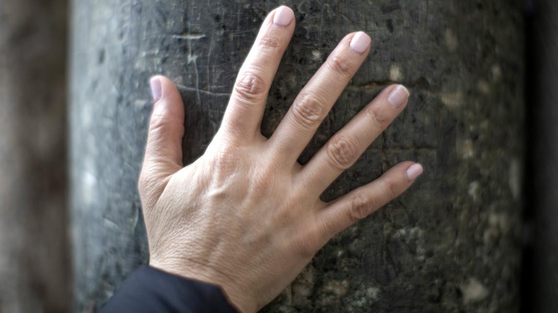 piros foltok az ujjak között fotó