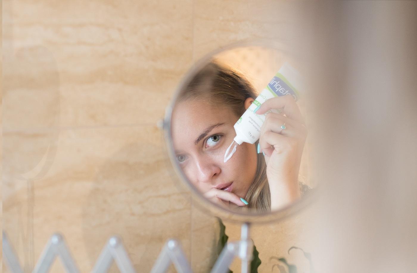 pikkelysömör hogyan kell kezelni a fejben s a fülben a szem alatt egy vörös folt hámlik le, ami van