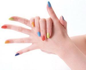 a kezek duzzadtak és vörös foltok borítják)