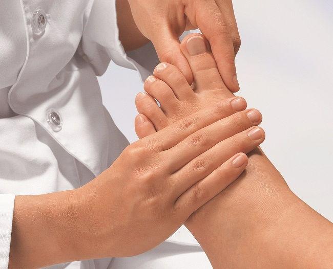 vörös foltok és zúzódások jelentek meg a lábán)